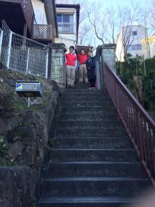 階段の上にある家