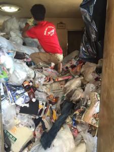 ゴミ屋敷の不用品回収の様子