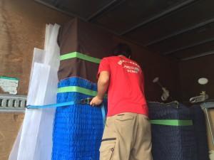 家財道具をトラックで固定するスタッフ